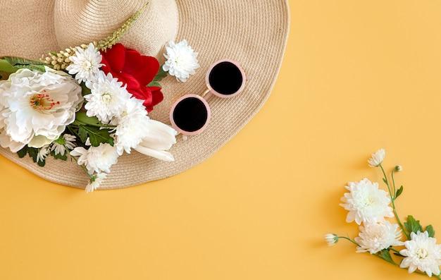 Lato Z Białymi Kwiatami I Wiklinową Czapką Z Okularami Przeciwsłonecznymi Darmowe Zdjęcia