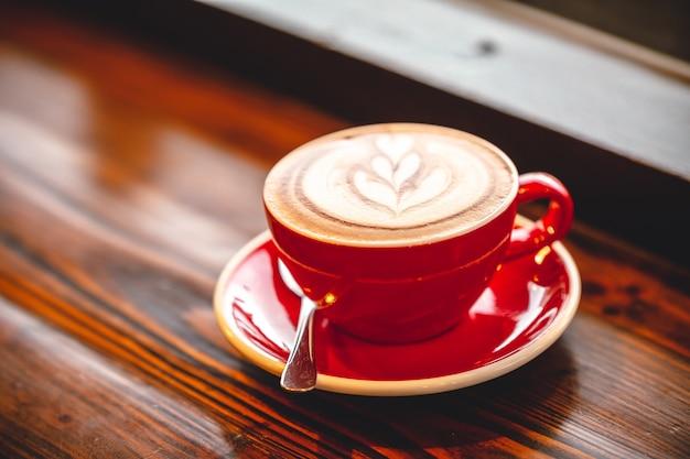 Latte Art Gorąca Kawa Na Drewnianym Stole W Poranny Dzień Premium Zdjęcia