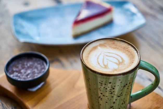 Latte Kawa I Sernik Na Stole Premium Zdjęcia