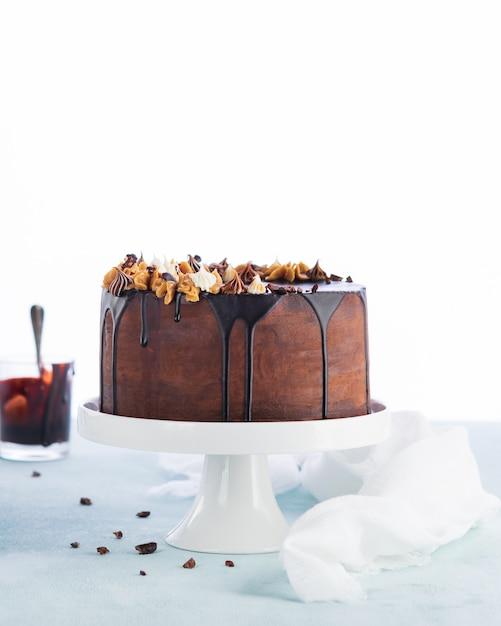 Łatwy Tort Urodzinowy Z Rozpuszczoną Ganache Czekoladową Premium Zdjęcia