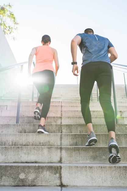 Latynoska Para Biega Lub Jogging Wpólnie Outdoors. Premium Zdjęcia