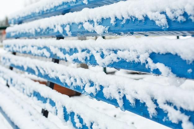 Ławki Do Odpoczynku W Zimie Pokryte Są śniegiem W Parku. Premium Zdjęcia