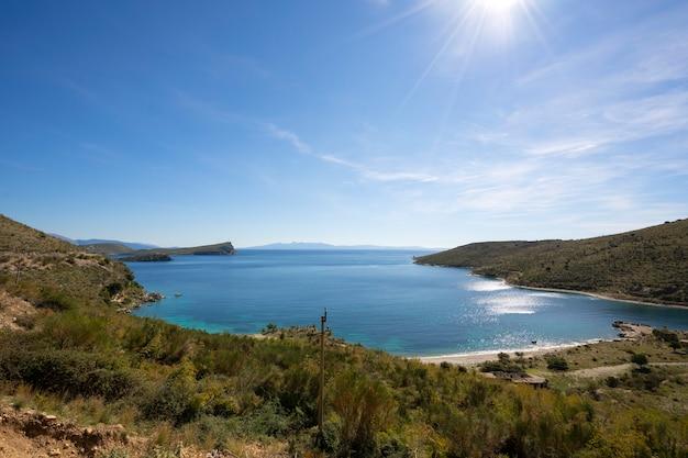Lazurowa Zatoka W Porto Palermo Koło Himare W Albanii. Premium Zdjęcia