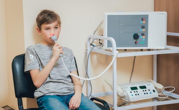 Leczenie I Rozgrzewanie Nosa Młodego Chłopca. Współczesna Pediatria. Premium Zdjęcia