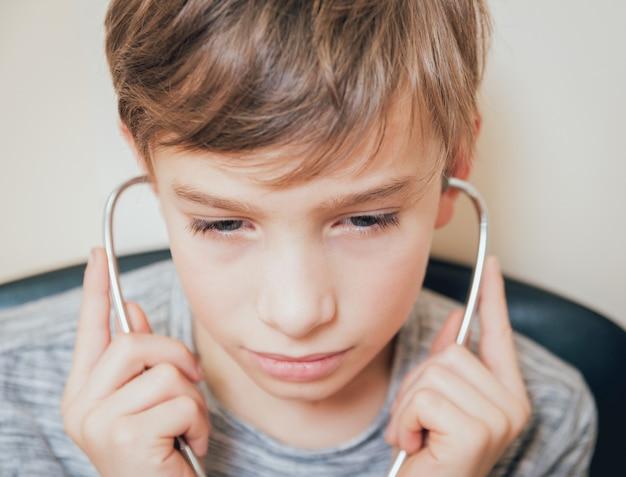 Leczenie I Rozgrzewanie Uszu Młodego Chłopca. Współczesna Pediatria. Premium Zdjęcia