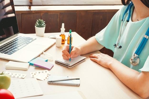 Lekarka Medycyny Wypełniania Cierpliwa Forma Medyczna Premium Zdjęcia