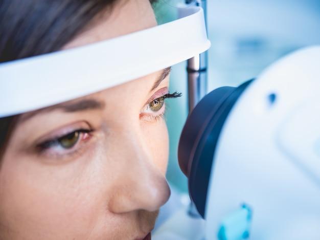 Lekarz Bada Oczy Kobiety Za Pomocą Maszyny Pomiarowej. Premium Zdjęcia