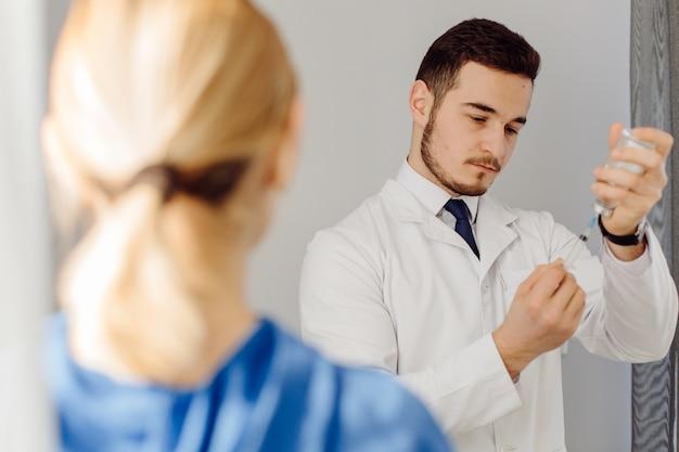 Lekarz Bada Pacjenta. Koncepcja Medycyny I Opieki Zdrowotnej. Darmowe Zdjęcia