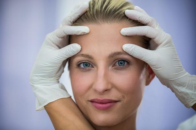 Lekarz Bada Pacjentki Twarz Z Leczenia Kosmetycznego Darmowe Zdjęcia