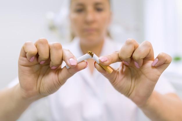 Lekarz Dentysta łamie Papierosa Premium Zdjęcia