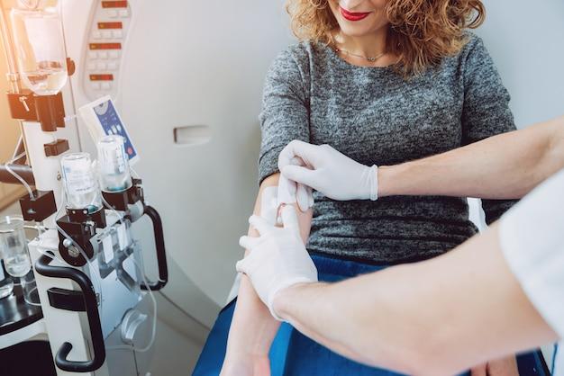 . Lekarz I Pacjent W Sali Tomografii Komputerowej Premium Zdjęcia