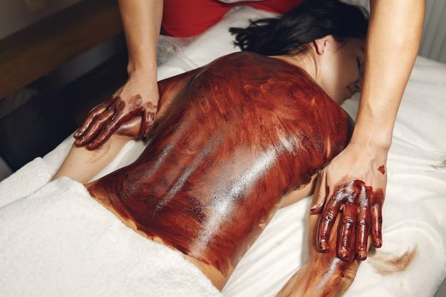 Lekarz Masuje Kobietę Czekoladą Darmowe Zdjęcia
