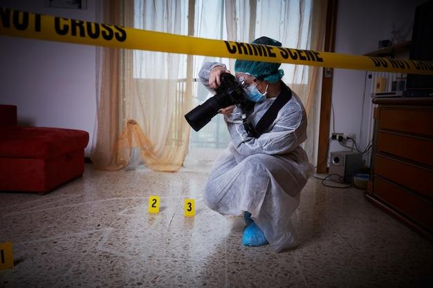 Lekarz Medycyny Sądowej Pracuje Na Miejscu Zbrodni Premium Zdjęcia