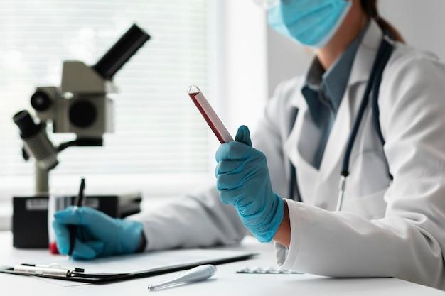 Lekarz Noszący Maskę W Szpitalu Darmowe Zdjęcia