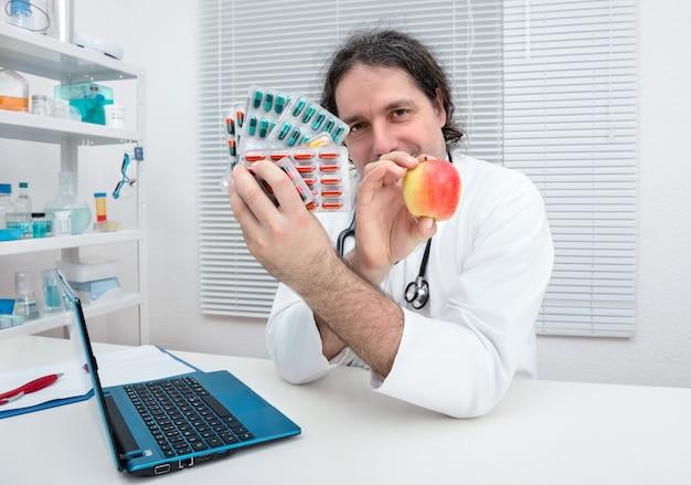 Lekarz Oferuje Jabłko Jako Zdrową Alternatywę Dla Tabletek Premium Zdjęcia