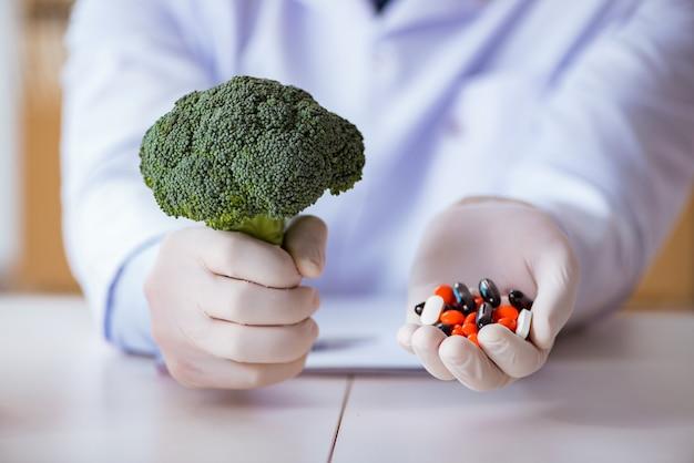 Lekarz oferuje wybór między zdrowymi a witaminami Premium Zdjęcia