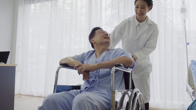 Lekarz opiekuje się pacjentem w szpitalu lub klinice medycznej. pojęcie opieki zdrowotnej. Premium Zdjęcia