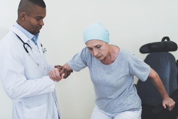 Lekarz pomaga kobiecie, która przechodzi rehabilitację Premium Zdjęcia
