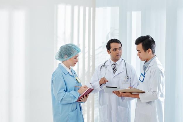 Lekarz Rozmawia Z Kolegami Premium Zdjęcia