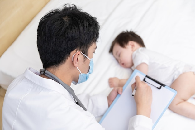 Lekarz Sprawdza Stan Dziecka Premium Zdjęcia