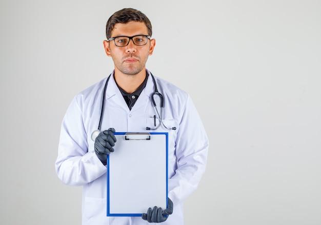 Lekarz Trzymając Pusty Schowek W Dłoniach W Biały Szlafrok Medyczny Darmowe Zdjęcia