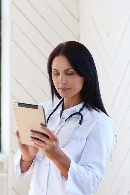 Lekarz Ubrany W Biały Szlafrok I Stetoskop Darmowe Zdjęcia