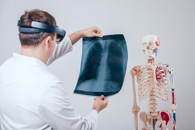 Lekarz Używa Okularów Rzeczywistości Rozszerzonej Do Badania Filmu Rentgenowskiego Szkieletem Człowieka Premium Zdjęcia