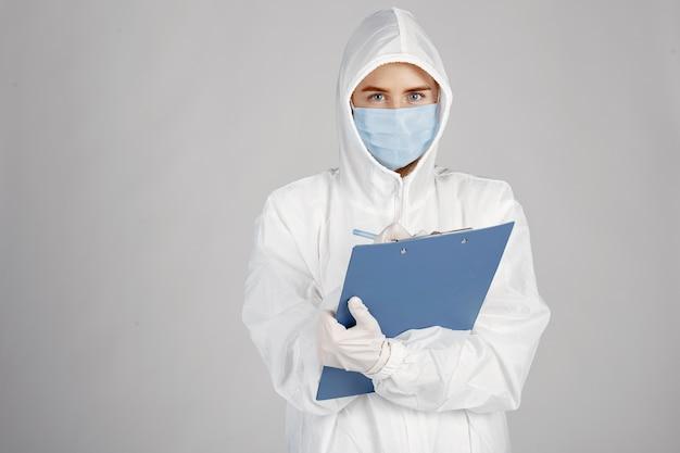Lekarz W Masce Medycznej. Motyw Koronawirusa. Pojedynczo Na Białym Tle. Kobieta W Kombinezonie Ochronnym. Darmowe Zdjęcia