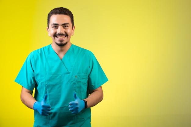 Lekarz W Masce Munduru I Dłoni Zadowolony I Uśmiechnięty. Darmowe Zdjęcia