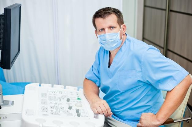 Lekarz W Masce Ze Sprzętem Ultradźwiękowym Premium Zdjęcia