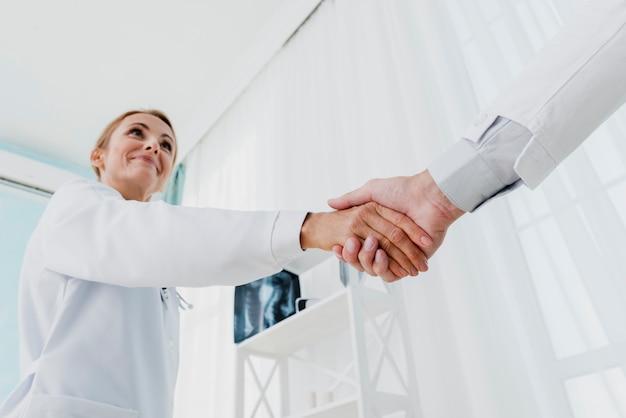 Lekarze drżenie rąk niski kąt Darmowe Zdjęcia