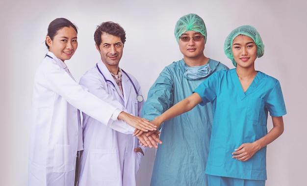 Lekarze i pielęgniarki koordynują ręce. koncepcja pracy zespołowej Premium Zdjęcia