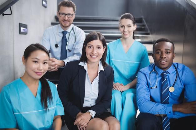 Lekarze I Pielęgniarki Siedzą Na Schodach Darmowe Zdjęcia