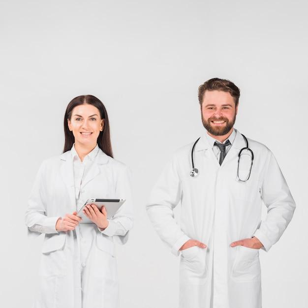 Lekarze mężczyzna i kobieta stojąc razem Darmowe Zdjęcia