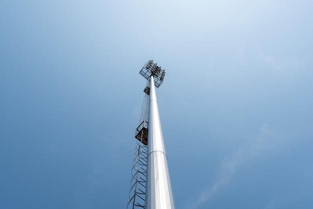 Lekkie Wieży Słupa W Arenie Sportowej Na Błękitnym Niebie Darmowe Zdjęcia