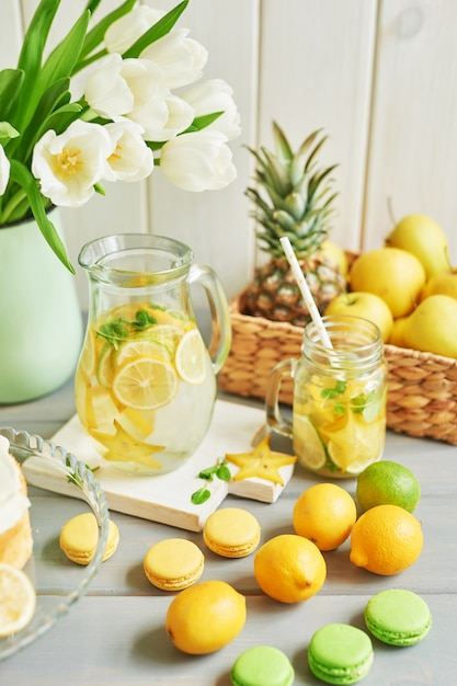 Lemoniada, Owoce, Słodkie Macarons I Kwiaty Tulipanów Premium Zdjęcia