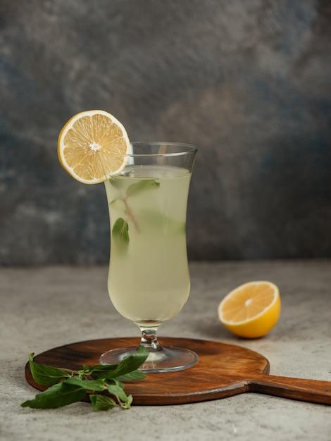 Lemoniada Podawana Z Plasterkiem Cytryny I Miętą Darmowe Zdjęcia