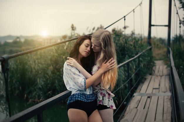 Lesbijska Para Wpólnie Outdoors Pojęcie Premium Zdjęcia