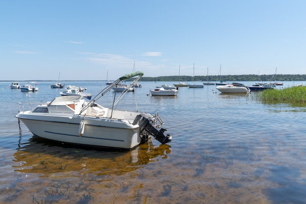 Letni Dzień W Jeziorze Z łodzią W Lacanau We Francji Na Południowy Zachód Premium Zdjęcia