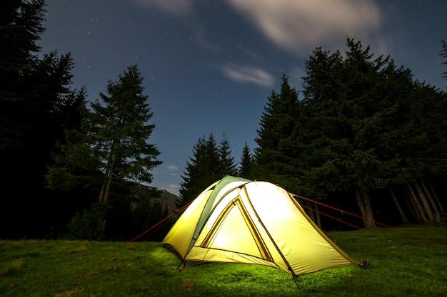 Letni kemping w nocy. Premium Zdjęcia