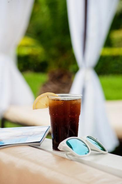 Letni koktajl w parku wodnym na wakacjach Premium Zdjęcia