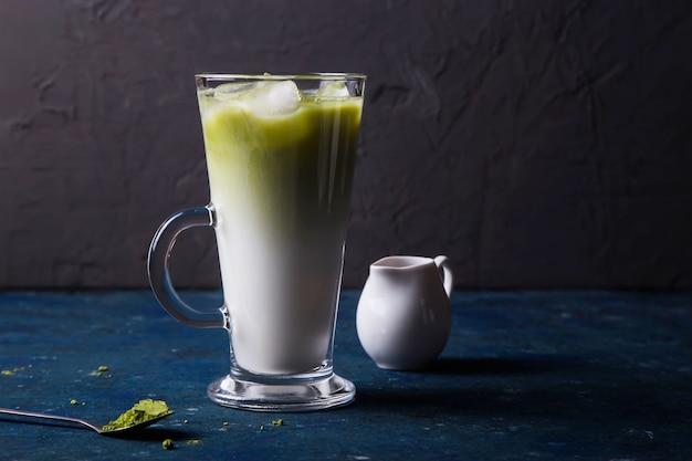 Letni napój z zielonego mleka w proszku i mrożonej herbaty matcha Premium Zdjęcia