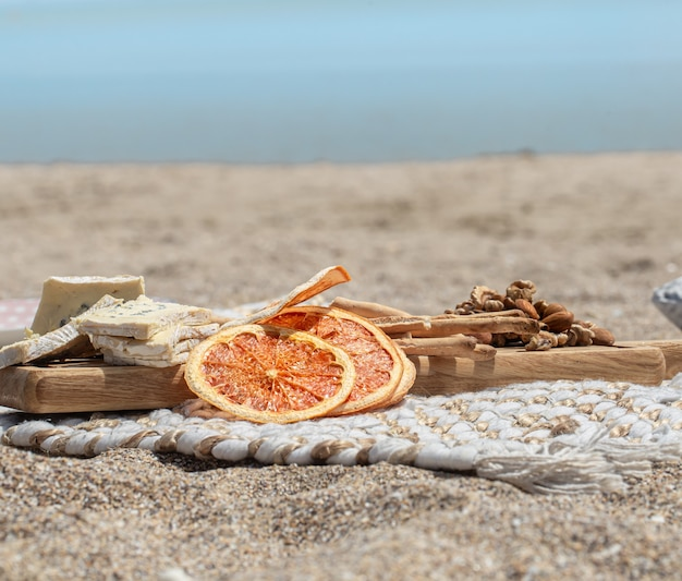 Letni Piękny Romantyczny Piknik Nad Morzem Na Niewyraźnej Przestrzeni. Pojęcie Wakacji. Darmowe Zdjęcia