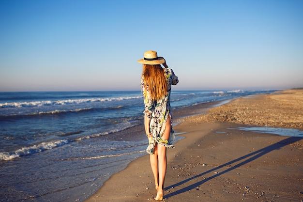 Letni Portret Moda Na Zewnątrz Model Blondynka Pozowanie W Pobliżu Oceanu Na Samotnej Plaży, Stonowane Kolory, Relaksujące Luksusowe Wakacje Darmowe Zdjęcia
