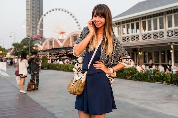 Letni Pozytywny Portret Wesołej Kobiety W Stylowym Stroju Rozmawia Przez Telefon Komórkowy I Uśmiecha Się Na Riverfront W Bangkoku Darmowe Zdjęcia