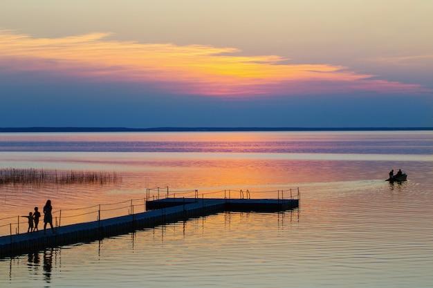 Letni Zachód Słońca Nad Jeziorem Wit Rodziny I łodzi Premium Zdjęcia
