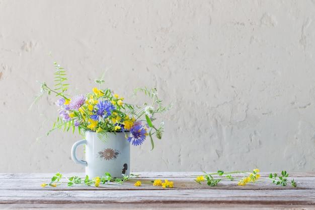 Letnie Kwiaty W Starej Filiżance Na Białym Tle Premium Zdjęcia