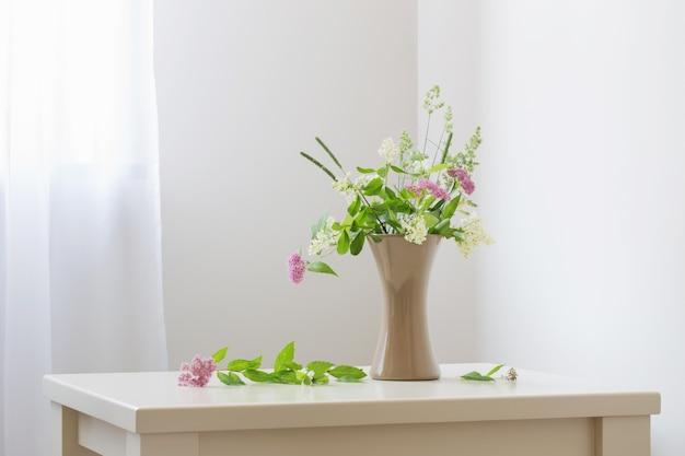 Letnie Kwiaty W Wazonie Na Stole Premium Zdjęcia