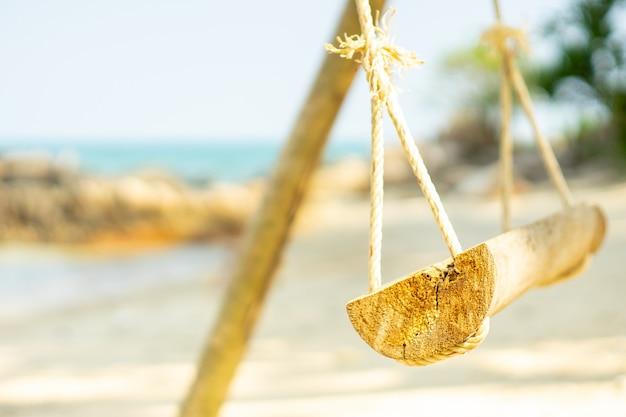 Letnie wakacje na rajskich wyspach, wiszące z widokiem na morze Premium Zdjęcia
