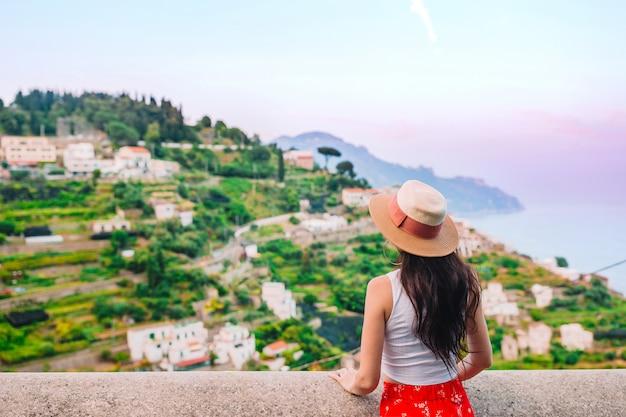 Letnie wakacje we włoszech. młoda kobieta w positano wiosce, amalfi wybrzeże, włochy Premium Zdjęcia